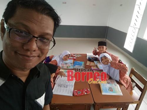 Cikgu Emmet bersama murid-murid SK Pulau Seduku.