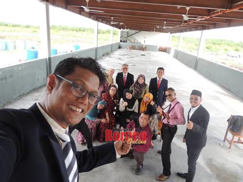 Cikgu Emmet bersama guru-guru SK Pulau Seduku yang lain.