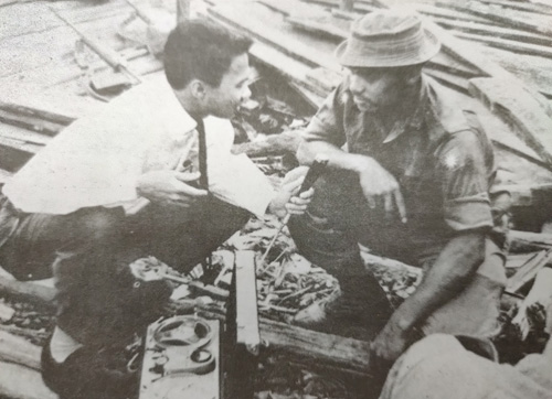 Affandi menemu bual anggota Angkatan Tentera Malaysia (ATM) di Kampung Sejingkat.