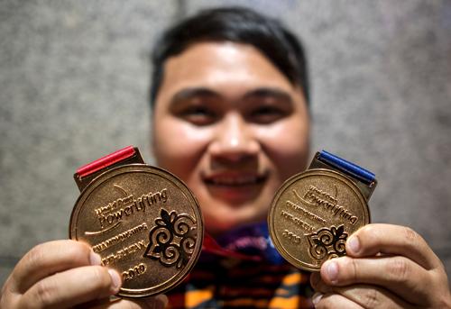 Bonnie dengan bangga memperagakan pingat emas dimenanginya pada Kejohanan Dunia Para Powerlifting Nur-Sultan di Kazakhstan.