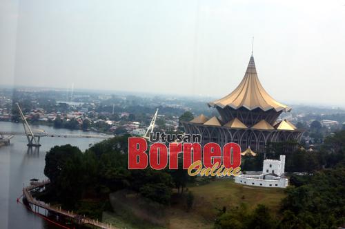 Pemandangan bangunan Dewan Undangan Negeri (DUN) Sarawak berlatar belakangkan bandar raya Kuching