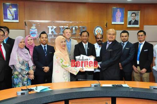 Jaujan (lima kanan) menyaksikan Majlis Menandatangani Memo Penyerahan PPR Merotai, PPR Gayang dan PPR Kota Marudu daripada KPKT kepada KKTP yang diwakili Setiausaha Tetap Masnah Matsalleh (tiga kiri), daripada Jabatan Perumahan Negara diwakili Timbalan Ketua Pengarah Dr Alauddin Sidal (tiga kanan).