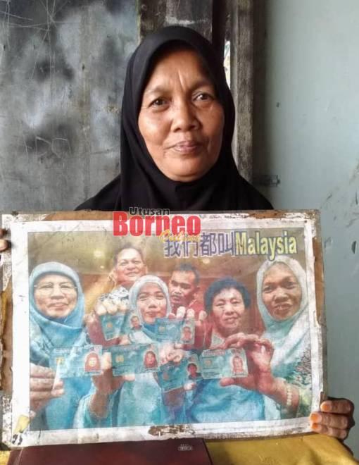 Malaysia Yap menunjukkan gambar beliau bersama rakan-rakan lain di sini yang mempunyai nama yang sama dengannya.