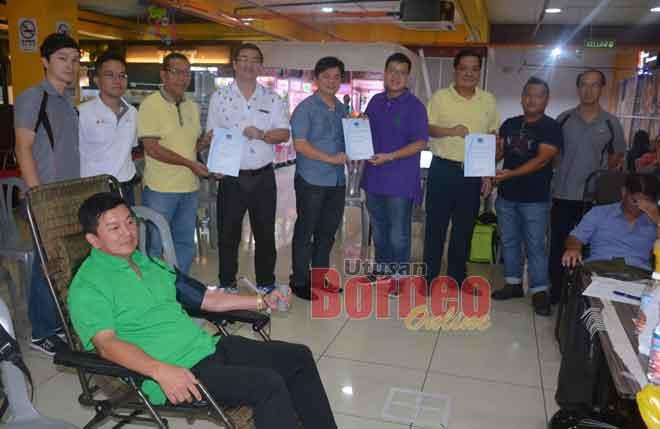 Kevin (empat kanan) nyuaka setipikit ngagai pengari Shell Timur Sdn Bhd maya program nya di Sibu, kemari.