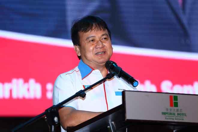 Ali bejaku ba Pengerami Bejadi 'Perdana MATC Nengeri Sarawak' di Kuching malam Hari Minggu nyin tadi. — Gambar Muhammad Rais Sanusi