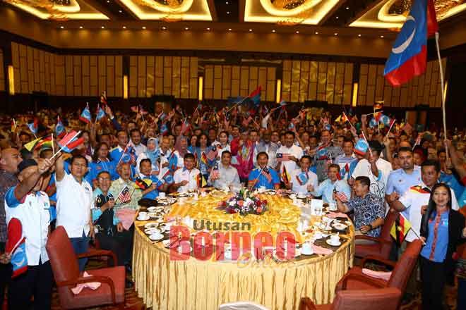 Azmin (duduk tengah) begambar enggau ketuai sereta raban PKR ke datai ngulu  Pengerami Bejadi 'Perdana MATC' Nengeri Sarawak di Kuching ensana. — Gambar Muhammad Rais Sanusi