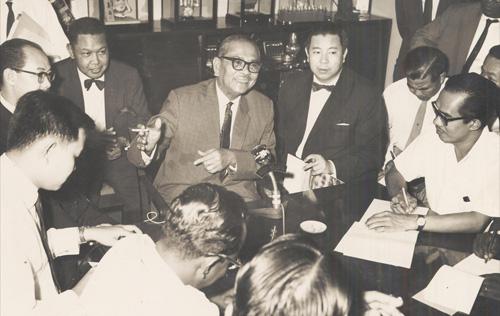 Tunku Abdul Rahman Putra Al-Haj mengadakan sidang akhbar di kediaman rasmi beliau pada 6 Julai, 1963 bagi mengumumkan keberangkatan ke London untuk menghadiri majlis menandatangani perjanjian penubuhan Malaysia. - Sumber Arkib Negara