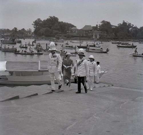 Gabenor British di Sarawak yang terakhir Sir Alexander Waddell serta isterinya Lady Jean Waddell meninggalkan kediaman mereka Astana menggunakan sampan pada 15 September 1963.