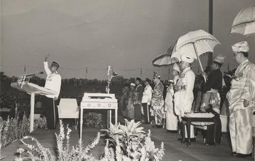 Tunku Abdul Rahman Putra Al-Haj melaungkan 'Merdeka' sebanyak tujuh kali diselang seli laungan rakyat yang hadir selepas tamat membaca pemasyhuran Malaysia pada 17 September, 1963. - Sumber Arkib Negara