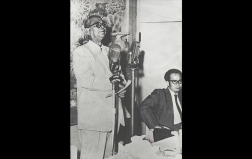 Tunku Abdul Rahman Putra Al-Haj semasa berucap kepada wartawan asing di Hotel Adelphi,Singapura pada 27 Mei, 1961. Pada majlis itu, buat pertama kalinya Tunku menyuarakan cadangan penubuhan Malaysia. - Sumber Arkib Negara