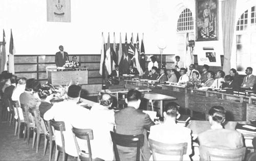 Ahli-ahli Jawatankuasa Perundingan Perpaduan Malaysia bermesyuarat di Selangor Legislative Assembly Chamber, Kuala Lumpur pada 6 dan 7 Januari 1962. Jawatankuasa ini ditubuhkan pada bulan Julai 1961 dengan tujuan memberi penerangan kepada penduduk Borneo Utara, Sarawak dan Brunei mengenai penubuhan Malaysia. Mesyuarat ini merupakan mesyuarat yang ketiga. - Sumber Arkib Negara