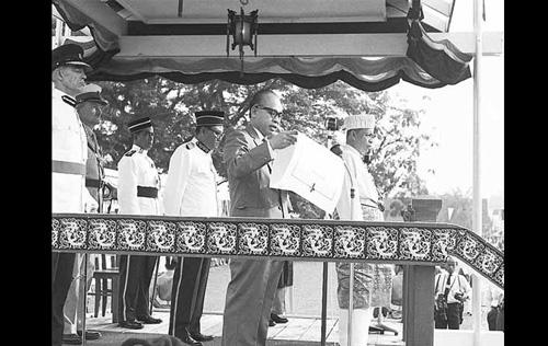 Stephen Kalong Ningkan bersama-sama dengan Gabenor Negeri Sarawak yang baru iaitu Tun Abang Haji Openg berserta dengan wakil dari Persekutuan Tanah Melayu, Khir Johari memasyhurkan pengisytiharan Pembentukan Malaysia di Padang, Kuching, Sarawak pada 16 September, 1963. - Sumber Arkib Negara