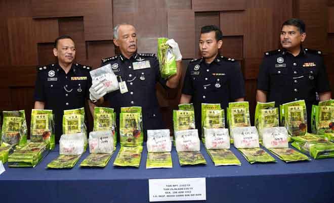 Zainuddin (dua kiri) menunjukkan dadah jenis syabu yang dirampas di kawasan Yan pada sidang media di Pusat Media Ibu Pejabat Polis Kontinjen Kedah, Alor Setar semalam. Turut sama Helmi (kiri), Mohd Sabri (dua kanan) dan Mohamad Zain (kanan). — Gambar Bernama