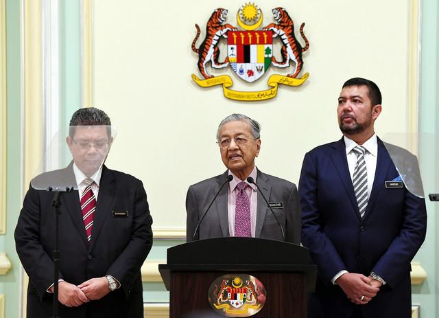 Perdana Menteri Tun Dr Mahathir Mohamad (tengah) menyampaikan ucapan pada majlis pelancaran Kerangka Dasar Luar Malaysia Baharu di Perdana Putra hari ini. Turut sama Menteri Luar Datuk Saifuddin Abdullah (kiri) dan Timbalan Menteri Luar Datuk Marzuki Yahya. - Gambar Bernama