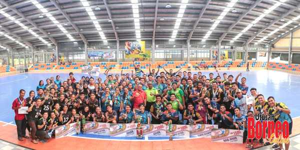 Empat pemenang utama lelaki dan wanita Kejohanan Bola Baling Terbuka Sabah 2019 merakamkan gambar kenangan selepas majlis penyampaian hadiah.