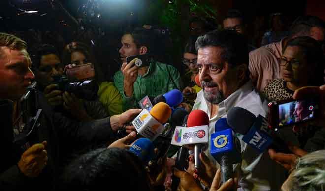 Zambrano ditemu bual oleh wartawan sejurus selepas beliau dibebaskan dari penjara di Caracas, Venezuela kelmarin. — Gambar AFP