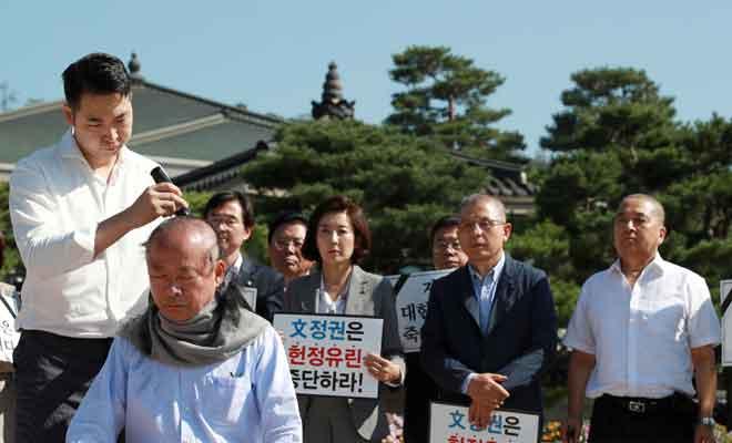 Lee menyertai ahli politik lain mencukur rambut sebagai tanda membantah pelantikan menteri undang-undang baharu di Seoul, Korea Selatan semalam. — Gambar Reuters