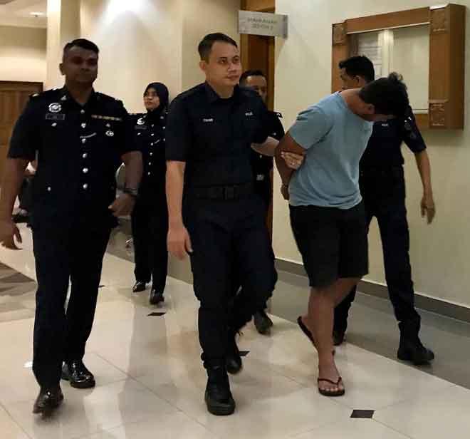 Harsono dibawa keluar oleh anggota polis dari Mahkamah Sesyen Kuantan semalam selepas dituduh 12 pertuduhan merompak, mencabul, merogol dan menyamar polis. — Gambar Bernama