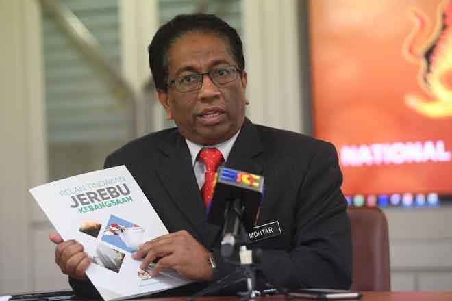 Mohtar ketika ditemu bual mengenai cuaca jerebu yang melanda negara ketika ini di Markas Pasukan Mencari Dan Menyelamat Khas Malaysia (SMART), NADMA, Putrajaya, semalam. — Gambar Bernama