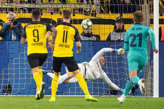 Ter Stergen mempamerkan ketangkasannya apabila menepis keluar bola rembatan Reus ketika tendangan penalti pada perlawanan di Dortmund, Jerman kelmarin. — Gambar Reuters
