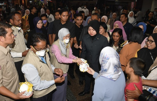 Timbalan Perdana Menteri Datuk Seri Dr Wan Azizah Wan Ismail (tiga, kiri) bersama Ketua Pengarah Agensi Pengurusan Bencana Negara (NADMA) Datuk Mohtar Mohd Abd Rahman (dua, kiri) mengedarkan topeng secara percuma kepada orang ramai berikutan keadaan jerebu yang semakin kritikal di ruang legar KL Sentral hari ini. - Gambar Bernama