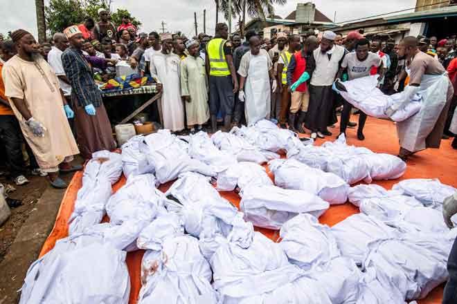 Jenazah murid dan guru yang sudah siap dikafankan untuk upacara pengebumian selepas mereka maut dalam kebakaran di sekolah tahfiz di Monrovia, Liberia kelmarin. — Gambar AFP