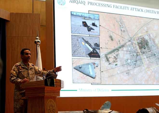 Jurucakap Kementerian Pertahanan Arab Saudi Kolonel Turki Al-Malik mempamerkan dron pada skrin yang menurut kerajaan Arab Saudi telah menyerang loji minyak Aramco semasa sidang media di Riyadh, Arab Saudi kelmarin. — Gambar Reuters