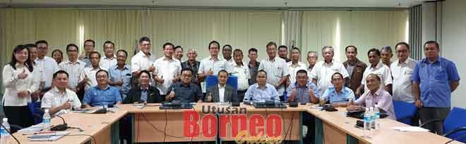 Jiwari (duduk empat kiba) enggau Nyuruk (duduk lima kiri) begambar enggau orang ke bisi pemerat sereta staf  Sarawak Energy.