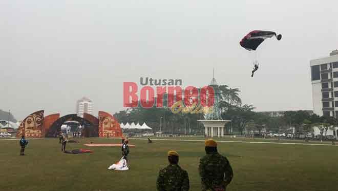 Bala penerejun lebuh ti ngaga pengawa latih ba Dataran Tun Tuanku Bujang Fasa I ba Sibu.