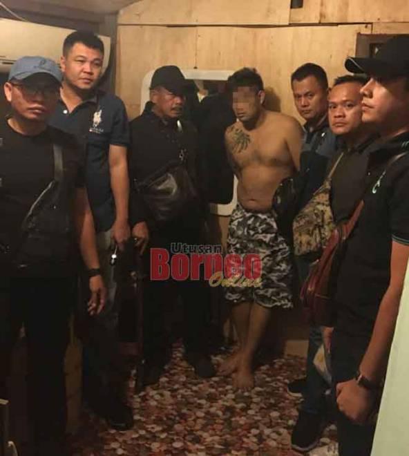 Suspek (tidak berbaju) akhirnya berjaya ditangkap polis selepas beberapa bulan menjadi buruan polis.