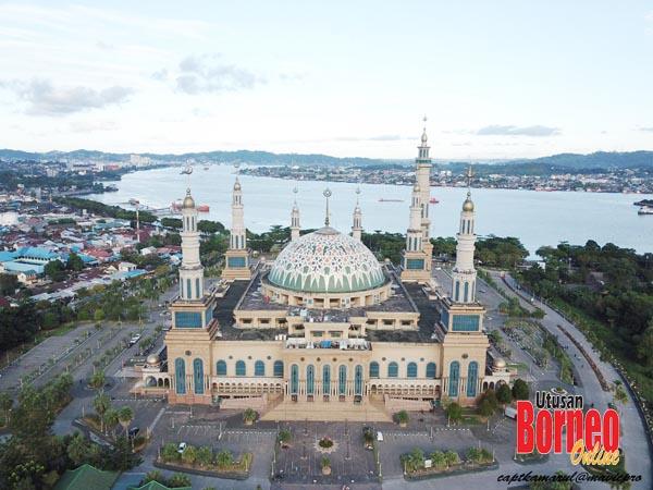 Bangunan masjid di tengah kota Samarinda berlatarbelakangkan Sungai Mahakam.