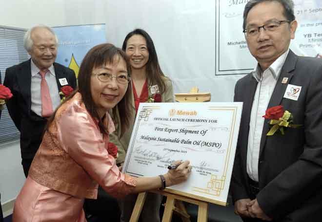 Teresa Kok menandatangani Sijil Pengeksport Pertama Minyak Sawit yang dipersijilkan MSPO ke luar negara ketika Majlis Perasmian 'First Export Shipment of MPSO Certified RBDPO' di Mewah Oleo Industries Sdn Bhd, Pasir Gudang semalam. — Gambar Bernama