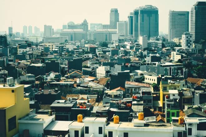 Kepadatan penduduk yang tinggi di Jakarta memerlukan pusat pentabdiran Indonesia dipindahkan.