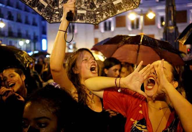 Kaum wanita melaungkan slogan ketika menyertai demonstrasi untuk membantah keganasan terhadap wanita  di Sol Square di Madrid, Sepanyol kelmarin. — Gambar Reuters