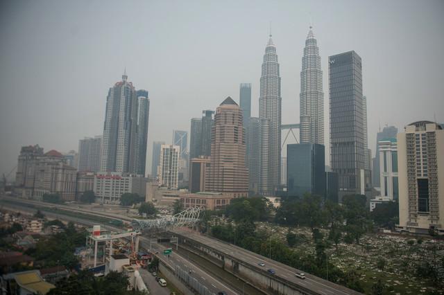 Jarak penglihatan Menara Berkembar Petronas (KLCC) terjejas akibat berjerebu dengan Indeks Pencemaran Udara (IPU) mencatatkan bacaan 156 iaitu tidak sihat ketika gambar ini dirakam pada 5 petang semalam. - Gambar Bernama