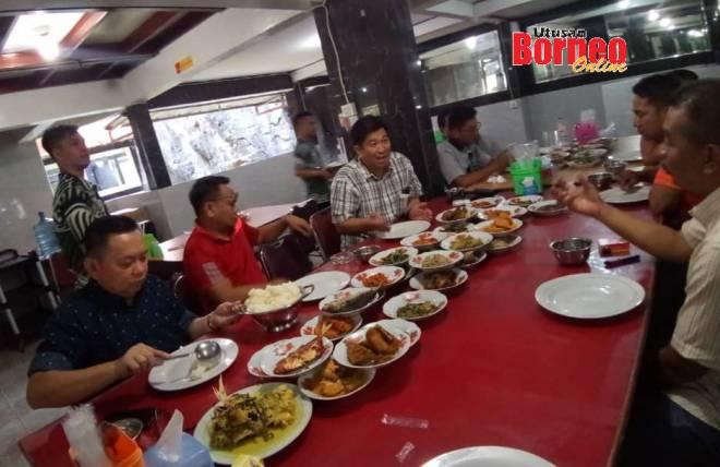Menikmati Nasi Padang sebagai makanan tengah hari di Balikpapan.