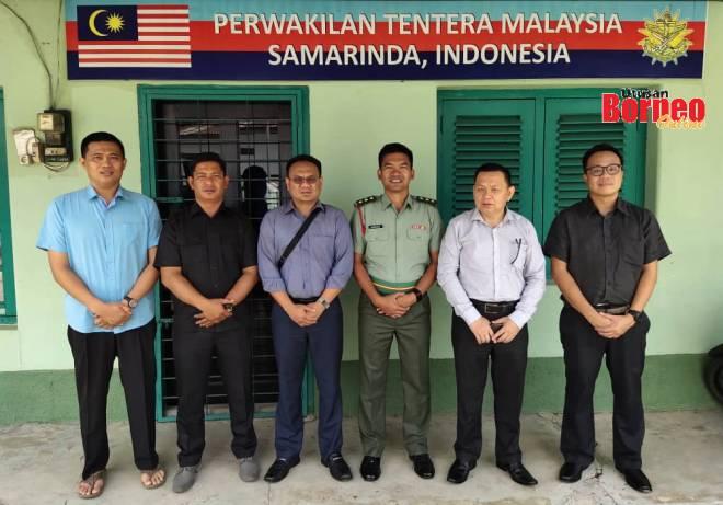 (Dari kiri) Esron, Saham, Saibi, Kamarul, Lichong dan Jeremy di pejabat Perwakilan Tentera Malaysia di Samarinda.