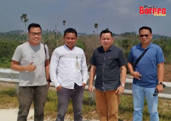 Samsul (dua kiri) bersama kumpulan wartawan daripada Utusan Borneo dan The Borneo Post di Kilometer 46 jalan tol Samarinda-Balikpapan.