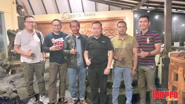 Wartawan Utusan Borneo dan The Borneo Post bergambar dengan Mejar Fadzlin (tiga kiri) selepas makan malam di restornag pinggir laut di kota Balikpapan.