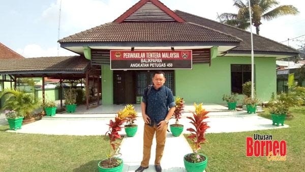 Penulis bergambar di hadapan pejabat Perhubungan Tentera Malaysia di Balikpapan.