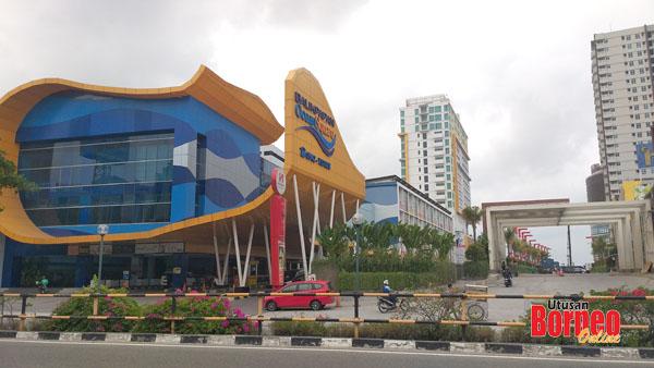 Balikpapan Ocean Square antara bangunan moden di kota itu.