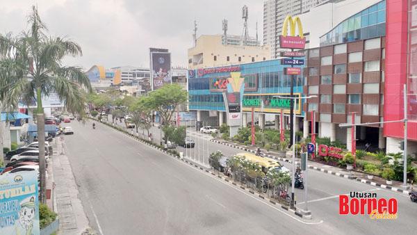 Pemandangan di sisi bangunan Plaza Balikpapan yang merupakan antara pusat beli-belah tumpuan di kota minyak itu.