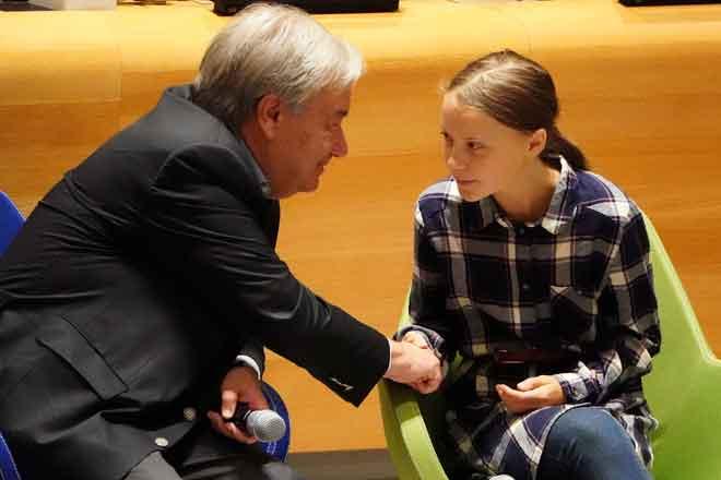 Guterres berjabat tangan dengan Thunberg pada Sidang Kemuncak Iklim Belia di ibupejabat PBB di perbandaran Manhattan, New York kelmarin. — Gambar Reuters