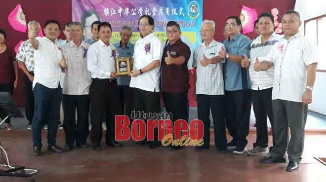 Chong Siew Khin (tiga kiba) nyuaka tepa pengingat ngagai Harden (tengah) seraya dikemata Ting (lima kanan) sereta kaban LPS ke bukai maya bejadika Balai Sekula nya kemari.