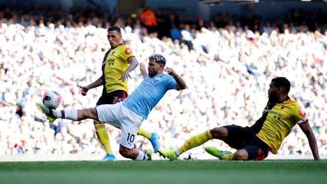 Aguero diasak oleh dua pemain Watford pada perlawanan Liga Perdana Inngeris di Stadium Etihad, Manchester kelmarin. — Gambar AFP