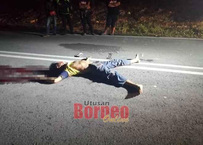 Mayat mangsa dijumpai di tengah jalan.