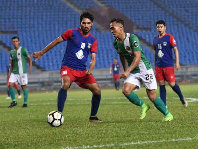 Zainuddin (dua kanan) mengejar bola sambil dicabar pemain Tun Razak FC pada perlawanan Liga M3 2019 di Stadium Sarawak, Petra Jaya Kuching malam kelmarin.