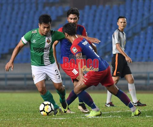 Sufizal (kiri) dikawal ketat dua pemain Tun Razak dalam aksi Liga M3 2019 di Stadium Sarawak, Petra Jaya malam tadi.