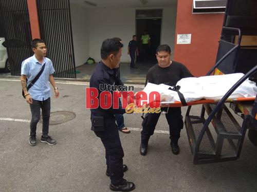 Mayat mangsa tiba di Hospital Umum Sarawak hari ini untuk menjalani bedah siasat.
