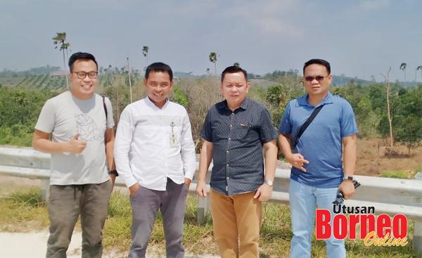 Kumpulan wartawan Malaysia, Lichong (dua kanan), Jeremy (kiri) dan Saibi (kanan) bergambar bersama Staf Biro Humas Setda Provinsi Kaltim, Samsul Arifin (dua kiri) di Samboja, Kilometer 46, lokasi tempat Presiden Jokowi berdiri ketika meninjau lokasi cadangan ibukota baharu Indonesia itu.